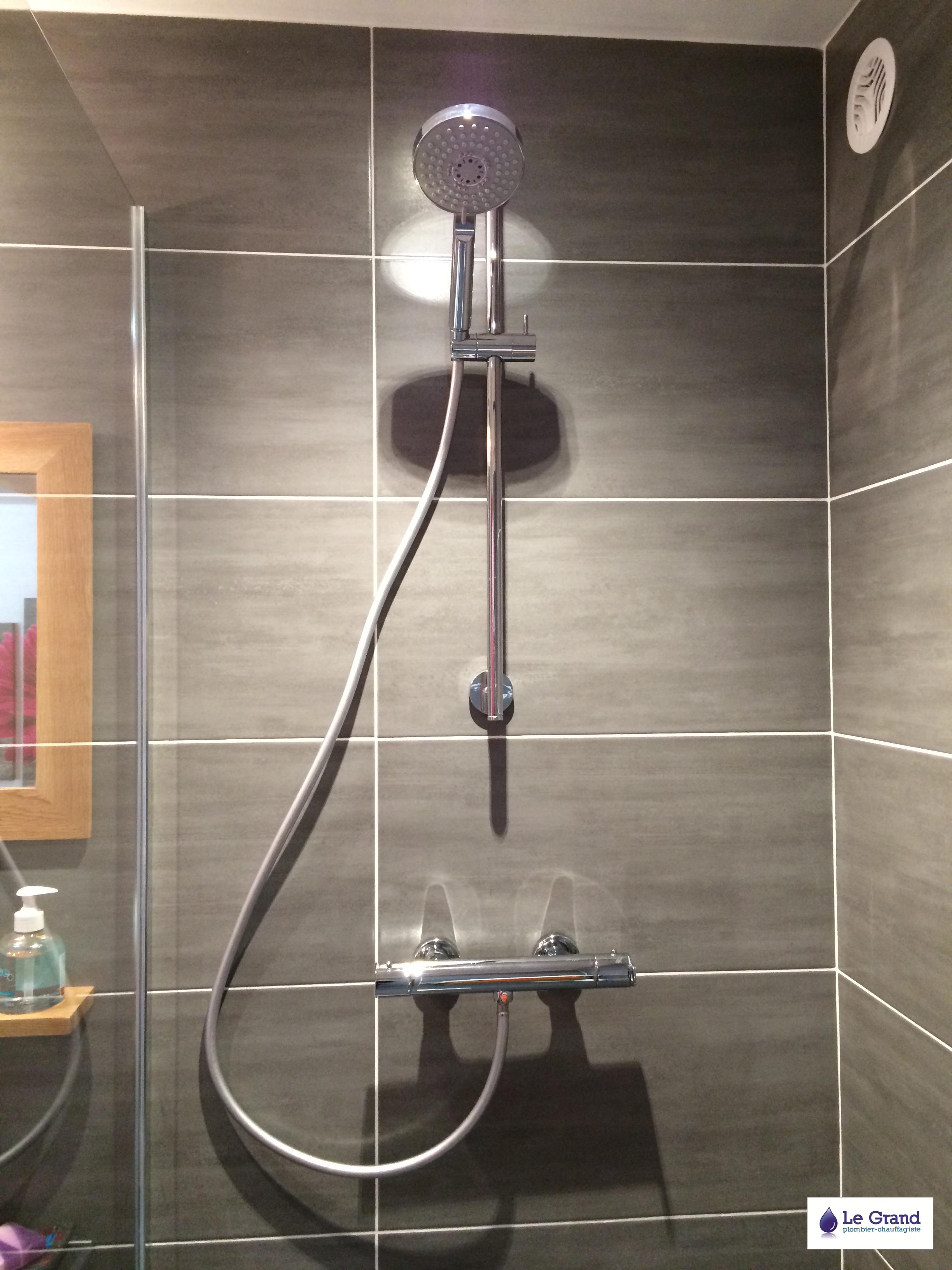 legrandthomasplombier.files.wordpress.com/2013/03/le-grand-plombier-chauffagiste-rennes-bruz-salle-de-bains-rennes-plomberie-agencement-salle-de-bains-receveur-acquabella-noir-fac3afence-grise-1